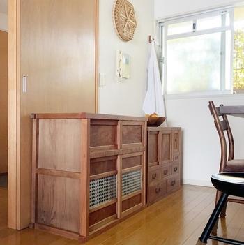 木やガラスの入った引き戸が用いられることが多い和家具。開き戸よりもコンパクトで、狭い場所での使用にもぴったり。水屋箪笥など、通気性の良さを求める引き戸には、金網やスノコなども使われます。