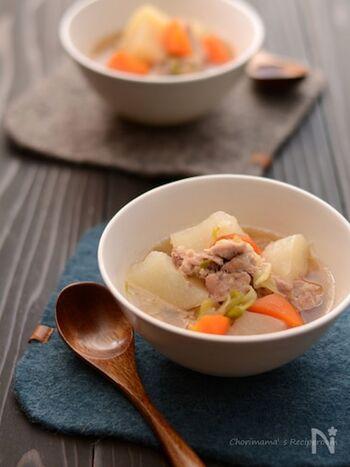 シンプルな豚肉と大根の煮物にもち麦をプラスすることで、栄養バランスも良くなり食感も豊かになります。もち麦に、スープの旨味がたっぷり染み込んで、箸がどんどん進みます。