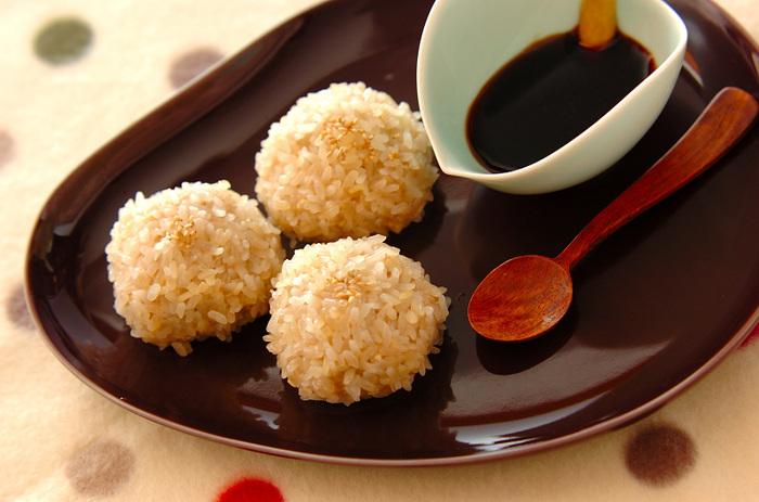 木綿豆腐メインで作るヘルシーな蒸し団子は、もち米をまぶすことで腹持ちが良くなります。しょうゆと練りがらしのタレで、お酒のおつまみにもぴったりな味付けに。