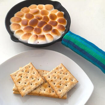 キャンプで定番人気のスモアは、マシュマロとチョコを溶かしてクラッカーで挟んで食べるおやつ。こちらは、スキレット使ったレシピです。サクッ&とろ~りとした食感の違いを楽しみましょう♪
