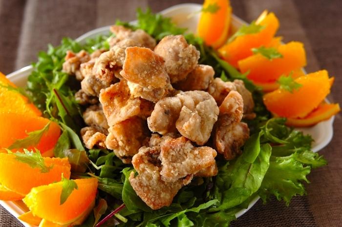 ママレード&白ワインで仕上げるコクのある唐揚げです。  スイーツのイメージが強いママレードですが、実は鶏肉と相性抜群!爽やかな柑橘の香りとほんのり甘酸っぱい風味の良さが、鶏胸肉のさっぱり味とよく合うんです。ママレードがすこし焦げやすいので、様子を見ながら火加減を調整しましょう。