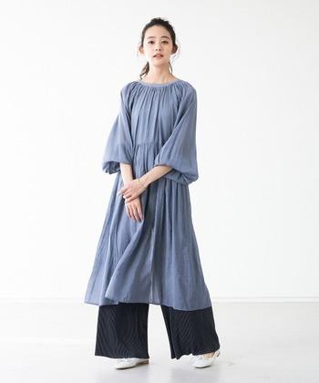 柔らかなシアーワンピース。ブルーグレーの色味がとっても涼しげ。落ち感があるので全体的に華奢に見せてくれますよ。トレンドのボリューム袖はゴム仕様となっているので、暑い日には袖をあげて半袖にして着るのもOK。羽織りとしてもさらりと着れる前後2WAY仕様が嬉しい。