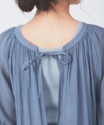 ワンピースとして着ると後ろ姿がこんな感じに。背中と腰の二つのリボンが乙女心をくすぐりますよね。夏にはキャミソールのインナーで背中を見せるのも素敵ですが、バックレースのタンクトップなどがあればさらに印象的に。