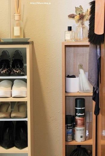 お出かけ前に必ず通る玄関は、忘れ物対策に効果的な置き場所。写真では、右側の棚の1段目にマスクとセットで置かれています。目に付く場所なので、入れ忘れていても思い出せそう。また、身支度を行う洗面所もおすすめの置き場所です。お出かけ前にどこを通るか考えて収納を作ると◎