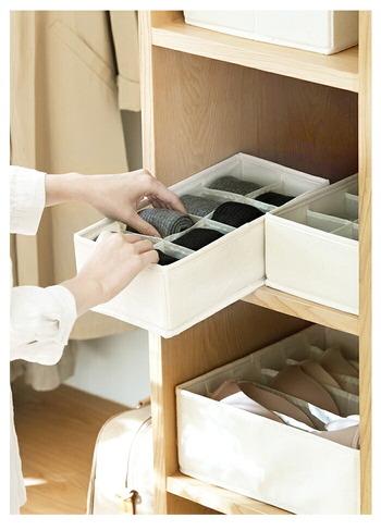 こちらは8マスに仕切られた収納ボックス。32cm×16cmとスリムなので、ラックやクローゼットに置くのにぴったりです。どこに何のハンカチがあるかすぐに分かって、準備がスムーズにできそう!