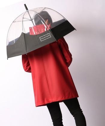 ハンターのレインブーツとコーディネートしたい、ハンターの長傘。 見通しの良いクリアにビビットカラーの配色がおしゃれ。 コンパクトで深さのあるリブフレームは、強風に強い構造に◎