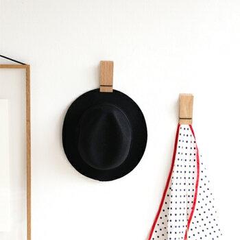 クリップが壁掛けできるなんて斬新!ハンカチの他に帽子やちょっとしたメモ、ドライフラワーなど色々なものを挟めます。柄が綺麗なハンカチは、壁に掛けると絵画のようでおしゃれですね♪