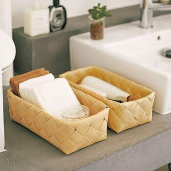一見木製かと思いきや、水にも汚れにも強い樹脂製のバスケットです。洗面所にも水はねを気にせず置けるのが嬉しい!リビングやキッチンなど、色々な場所で活躍するアイテムですよ。