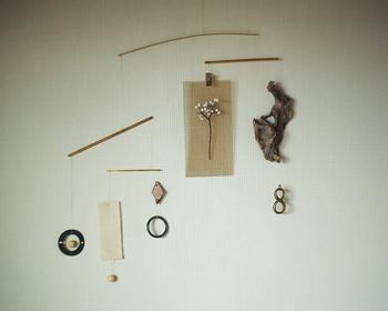 DIYをすると、木材や金具など端材が余ってしまいますよね。それらを活用したモビールアイデアです。布や流木などに穴をあけて、ワイヤーで結べば完成。余り物が個性あるモビールへと生まれ変わります。