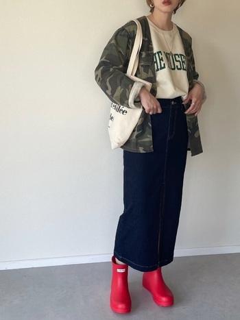 トーレーナーにゆったりシルエットなジャケットも、タイトなロングデニムでメリハリのあるコーデに。 ベーシックコーデに赤いハンターのレインブーツが映えています◎