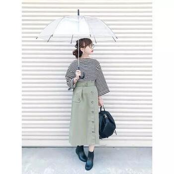すっきり縦長シルエットを作ってくれ、存在感もあるトレンチスカートとショートブーツの丈感が絶妙。 ローヒールなので、雨で滑りやすい路面もさくさく歩けます◎