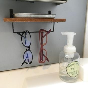 お風呂に入っている間、顔を洗っている間、コンタクトの間...など、意外に使っていない時に置き場所がないメガネもこんな風に居場所を作ってあげると、すっきりはもちろん、どこに置いたっけ?と探す手間もなくなりそうですね。
