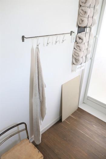 濡れたまま丸めて置いておくと、生乾き臭の原因になってしまうことも。こんな場所を作っておけば、お子さんでも使い終わった後に簡単にかけられそうですね。もちろん、手を拭くタオルをかける場所としても◎。