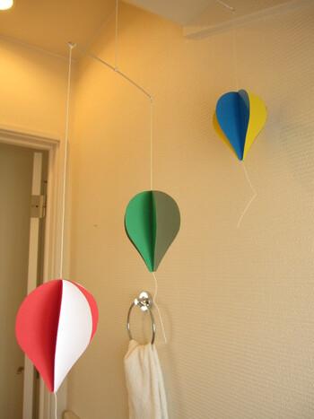 人気の気球モビールも、画用紙を使って意外と簡単に作れます。気球の形にカットした画用紙を半分に折って重ねて貼り付けて立体的に。あとはひもを固定して吊るすだけ。色の組み合わせ次第で違った雰囲気を楽しめそうです。