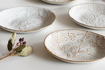 長崎県波佐見にある工房・京千でひとつひとつ手作りされた銘々皿。アジサイ・スミレ・野花が描かれており、気取らない温もりを感じられます。  ほっこりとした雰囲気がありつつ、縁には金彩が施され上品さも感じられます。