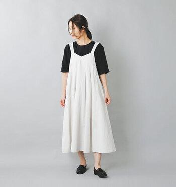 太めのストラップが印象的な白のキャミワンピースに、黒のTシャツを合わせたコーディネートです。足元も黒のシューズをチョイスして、ナチュラル感たっぷりなモノトーンコーデに。あえて素足で、シンプルに着こなしているのがポイントです。