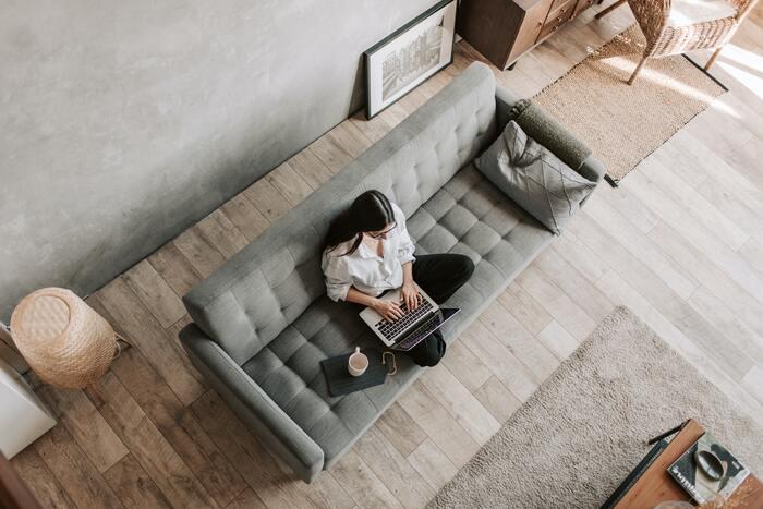 滞在する施設にテレワークスペースがあれば、仕事をする場所として利用するのがおすすめです。テレワークスペースがなければ、ロビーなど共有施設のテーブルを利用するのも◎  お部屋の中だけだと切り替えが難しくても、施設内で仕事をするスペースと、休むスペースに分けてみることで、オンオフを切り替えやすくなりますよ。