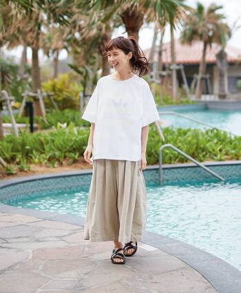 コットンとリネンを合わせた綿麻素材は、肌触りや風通しのよさが魅力で夏にもぴったり。  たっぷりと生地を使用したスカートのようにも見えるキュロットパンツは、一枚で着てもサマになるシルエットが特徴です。シンプルな白トップスを合わせるだけでも、これからの季節にぴったりな大人のデイリーコーデが完成しますよ。