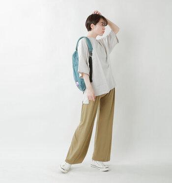 接触冷感素材を使用したワイドパンツは、夏の暑い日にぴったりなアイテム。ウエストリブを広めにとっているので、おなか周りの冷え対策にも効果的です。ゆったりシルエットのTシャツにリュックやスニーカーで、とことんカジュアルな着こなしに。