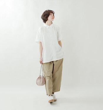 すとんと落ちるシルエットで、カジュアルに着こなしたいワイドパンツ。  ベージュのボトムスに白の半袖シャツを合わせることで、爽やかな着こなしに仕上げています。バッグはベージュ、シューズは白と、色数を絞って大人っぽい着こなしに。
