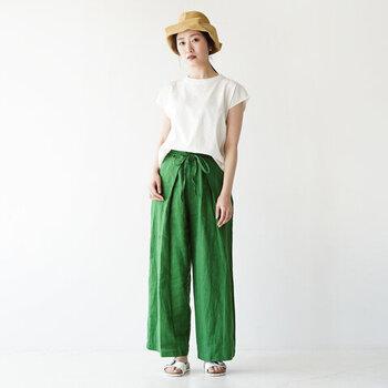 ラップデザインのようにも見える、タックの入り方が特徴的なリネン素材のワイドパンツ。鮮やかなグリーンカラーに、白のトップスをタックインした着こなしは大人のデイリーコーデにもぴったりです。