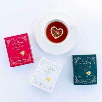 紅茶のティーバッグに瀬戸内産の乾燥レモンが付いた「光浦醸造」で人気のフロートレモンティーのハート形バージョンです。茶葉は農薬や化学肥料不使用の国産なので安心。カップに入れてお湯を注ぐだけで、カフェ風のレモンティーを手軽に楽しめます。