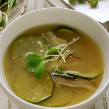 味噌を入れる前にお酢を入れて煮立てると酸味は飛びますが、いつもとちょっと違った味わいになります。出汁がなくても味がまとまるので、急いで作りたいときにも良さそうです。