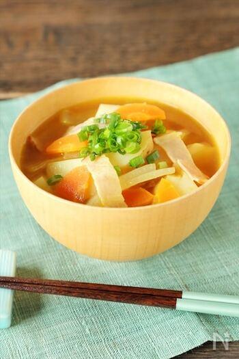 洋食にも合う、カレー風味のお味噌汁です。カレーの隠し味に味噌を使うレシピもありますが、意外と相性が良い組み合わせ。定番の味噌汁の味に飽きたときにもぜひお試しください。