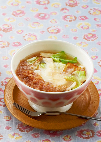 ベーコンを炒めた脂でキャベツとエリンギを焼き、仕上げにチーズをトッピングしたボリュームのあるかちゅー湯。タンパク質をしっかりとりたいときや食べ応えが欲しいときにおすすめです。