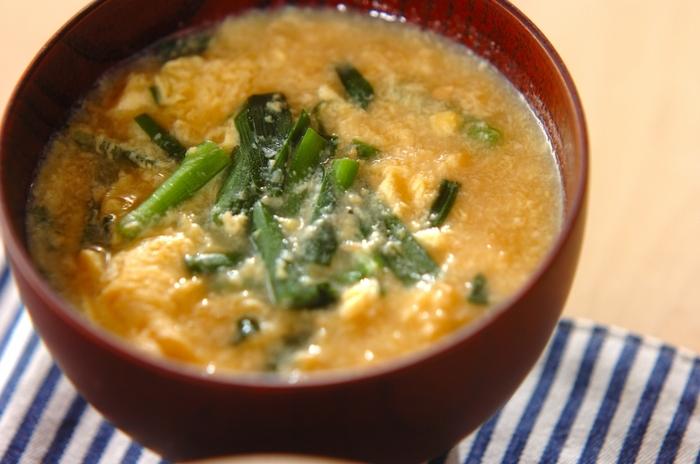 美味しくて栄養価の高いニラ玉は、お味噌汁の具としてもおすすめです。たまごが一箇所に固まらないよう、箸に伝わせながら少しずつ回し入れるようにするのがポイント!ふんわりとした食感に仕上がります。
