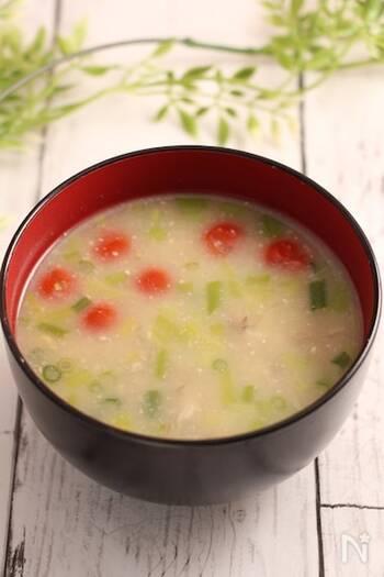 食物繊維やミネラル、タンパク質を豊富に含むオートミールは、お味噌汁の具としても優秀です!オートミールはさまざまな野菜にも合うので、お好きな具材をたくさん入れて、お食事感たっぷりのお味噌汁を作ってみてもいいですね。