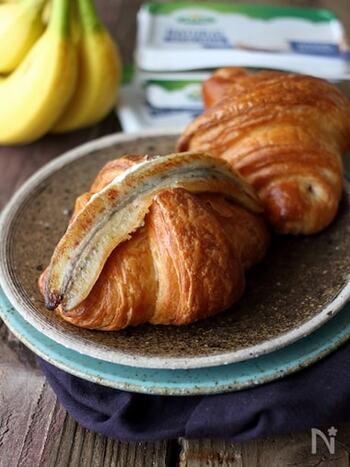 トースターで香ばしく焼いたクロワッサンに、とろとろに焼いたバナナとクリームチーズを挟んだ、デザート感覚のサンドイッチです。バターの香りとバナナの自然な甘みが、クリームチーズの爽やかな酸味と調和して、いくらでも食べられそう♪  調理時間:5分