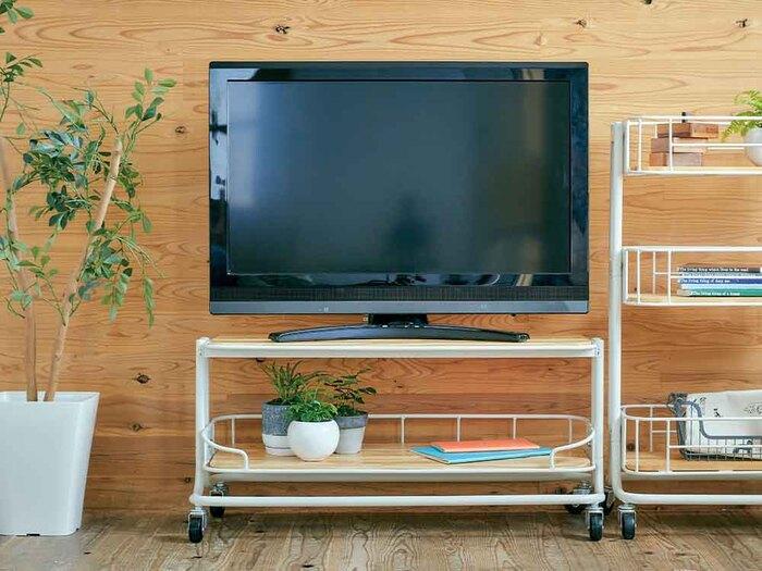 ハードなイメージのあるテレビを、ナチュラルでラフに置けるテレビ台。キャスター付きで好きな場所に動かせるから、ホコリが気になる床のお掃除もラクラクです。クールなスチールと、温かみのある木のボードのコントラストが素敵です。