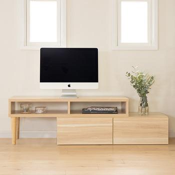 オープン収納スペースと下段の引き出し付き収納の組み合わせで、さまざまな使い方・楽しみ方ができるテレビ台。ナチュラルな木目プリントで、お部屋がパッと明るくなり垢抜けます。