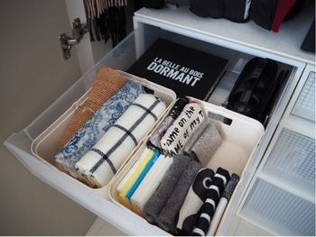 クローゼットは洋服選びの際に必ず見る場所。バッグもクローゼットにあるなら、取り出すついでにハンカチを入れられますね。写真では、引き出しの中に小さめのケースを入れてすっきり収納しています。