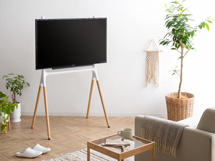 まるで絵画を飾るようにテレビを設置できるテレビ台。スタンドと一体化させることで、テレビがインテリアにしっくり馴染みます。32〜55型までの大きさのテレビに対応。
