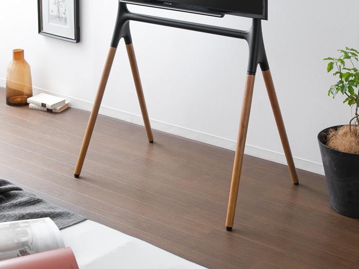 木目の美しい天然木と、上品なスチールを組み合わせたシンプルデザインに。すっきりと開放感のあるデザインが、スタイリッシュな空間を演出。自由な高さ調整が可能で、リビングやダイニング、寝室などさまざまなシーンで使えます。