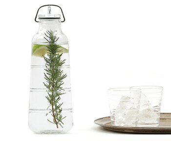 デンマークのデザイナー、オーレ・パルスビーの名作を現代版にアレンジしたガラス瓶「Scala(スカーラ)」。金具の留め具がレトロな趣を感じさせて、おしゃれです。