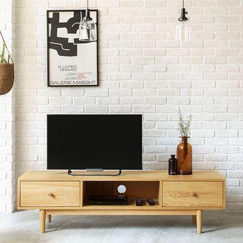 幅150㎝のゆったりタイプのテレビボード。テレビのほかにお気に入りの雑貨などを一緒にディスプレイできます。脚付きでモダンな印象。