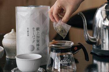 一番摘みの茎を使った、ほうじ茶(棒茶)。芳ばしさと澄んだ美味しさが楽しめる上質の良品です。 商品名に「献上」という言葉がついているのは、昭和天皇に捧げられたお茶だからだそう。