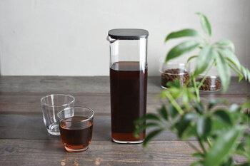 無駄のないミニマムなデザイン。洗練された美しさのあるボトルです。冷蔵庫のドアポケットにスマートに収まり、片手で持ちやすい点も◎。