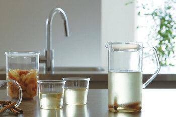 上品にドリンクが注げるハンドル付きのジャグ。熱いお湯を入れることもできる耐熱製です。ドリンクがキレイに見える透明ガラスなので、ハーブやフルーツをジャグの中に一緒に入れてもいいですね。