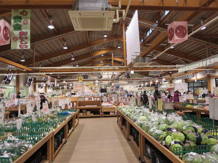 広い店内には、野菜・肉・魚介・フルーツ・お惣菜・花など、糸島産のものが豊富に揃っています。また、糸島牛カレーやトマトケチャップなど、さまざまなオリジナル商品も販売。オリジナル商品にはパッケージに「○糸」がプリントされています。糸島産の食材を使ったオリジナル商品もチェックしてみてくださいね!