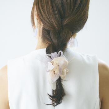 オーガンジーの咲き編みのシュシュは、髪にふんわりと花が咲いているような優しい雰囲気。落ち着いたミルクティーカラーが上品で大人っぽく付けられます。シンプルアレンジも結ぶだけで華やぎますね。