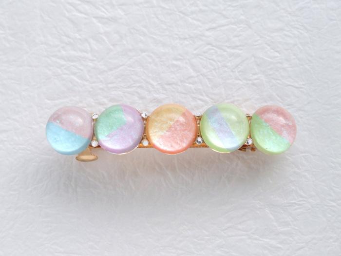 キャンディーカラーの丸いパーツが並んだバレッタは、パール顔料を塗ることでキラッと輝き、ほどよい華やかさがあります。小粒のスワロフスキーがアクセント。他にもカラーがあるのでチェックしてみてください♪