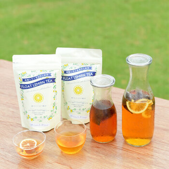 月ヶ瀬健康茶園が配合した茶葉を使った水出しレモンティー。飲むときに付属の乾燥レモンをのせるとフルーティーで、カフェのような爽やかな一杯を楽しめます。