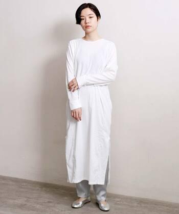一見シンプルなデザインではあるけれど、前後2wayで着られるというのは、着る側にとってコーディネートの選択肢が広がって、とてもありがたいこと。カフタンシャツのようなエスニックな雰囲気が大人っぽいシャツワンピース。ボタンを後ろにすると、縦のシルエットが強調され、すっきりとした印象。伸縮性がある薄手素材なので、着心地がとっても快適です。