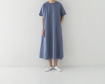 通気性の良い天竺綿のワンピース。Tシャツのような感覚でさらっと着られる気軽さが嬉しい。すっぴんに近い自分の肌色や雰囲気に合う色を選ぶと自然体で着こなせます。