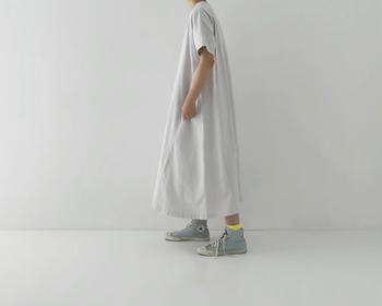 靴下に印象的なカラーを持ってくると、着こなしにメリハリがつきます。足元の差し色は自由度が高いので、普段自分が選ばないような色も挑戦しやすいですよ。