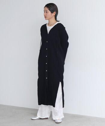 ワンピースをロングカーデガンのように着こなして、白黒のコントラストがかっこいいクールなスタイル。